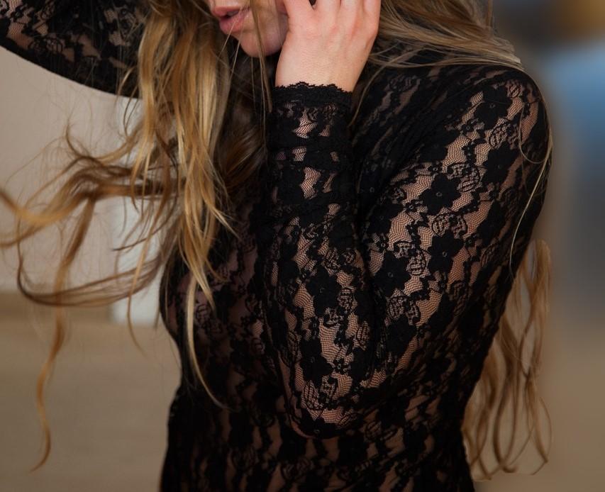 スケスケの服の女性