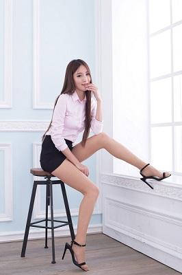 椅子に座るOL風の女性