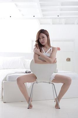 椅子にまたがる女性