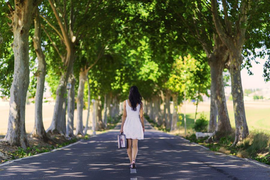 並木道を歩く女性