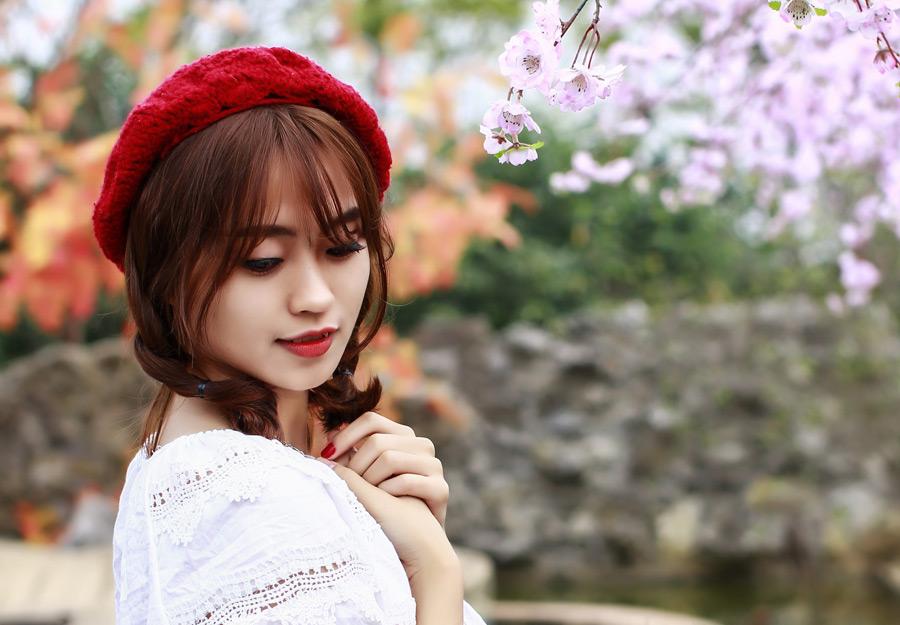 赤い帽子の女性