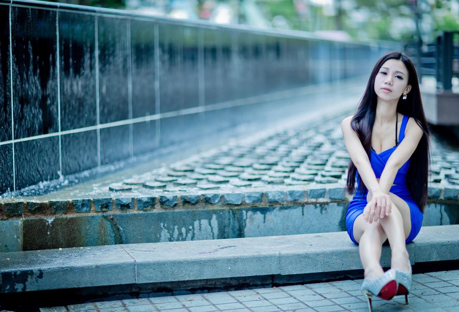 青いドレスの美女