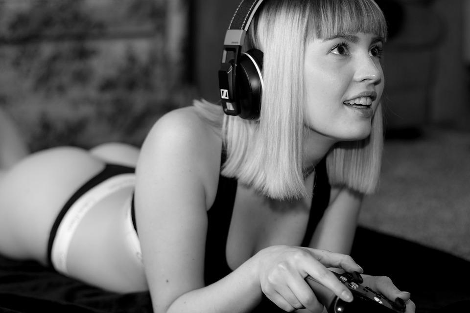 ゲームをする女性