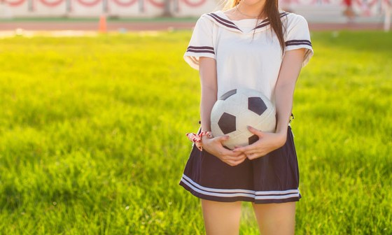 サッカーボールを持った女の子