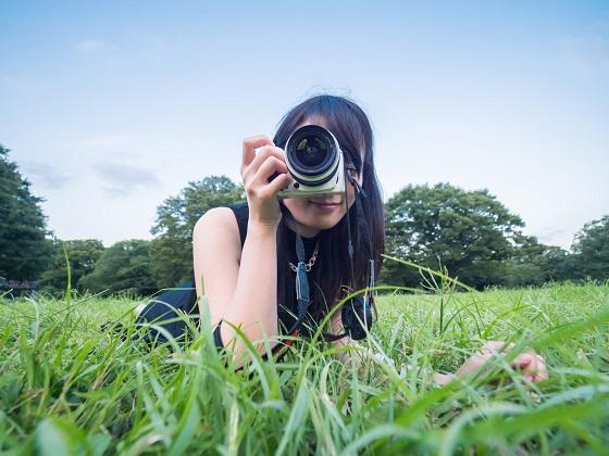カメラを構えた女の子