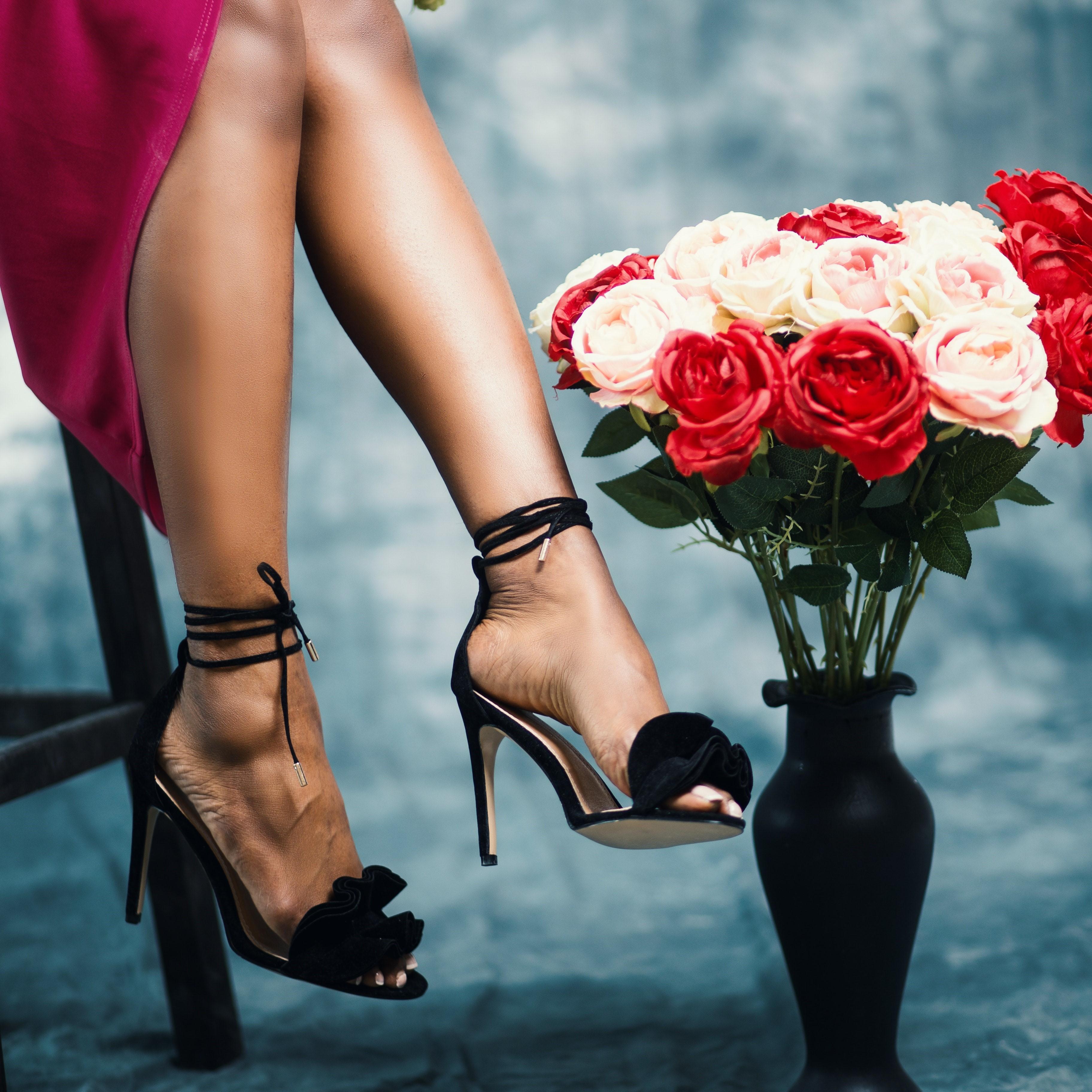 女性の脚とバラ