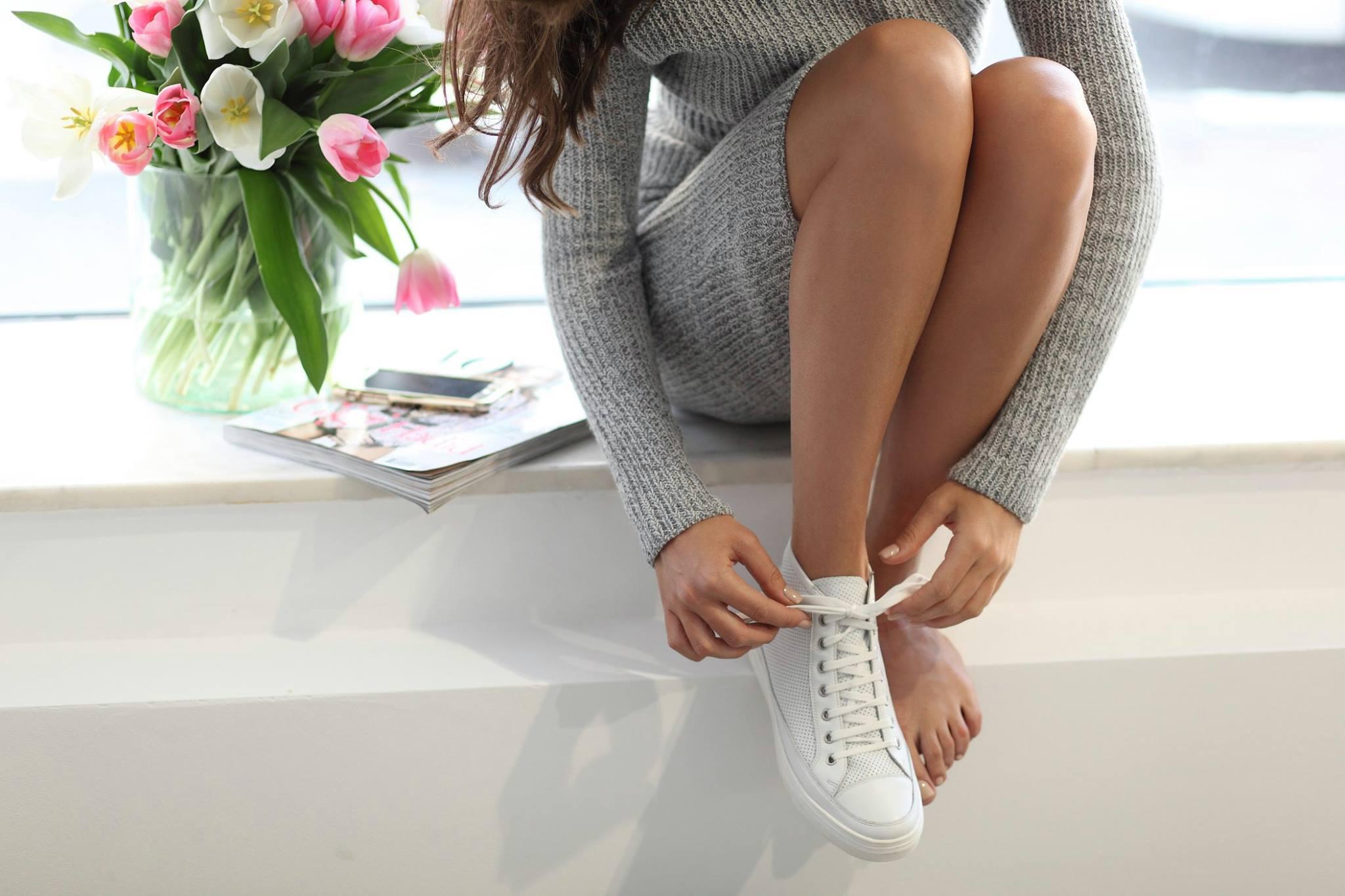 スニーカーを履く女性