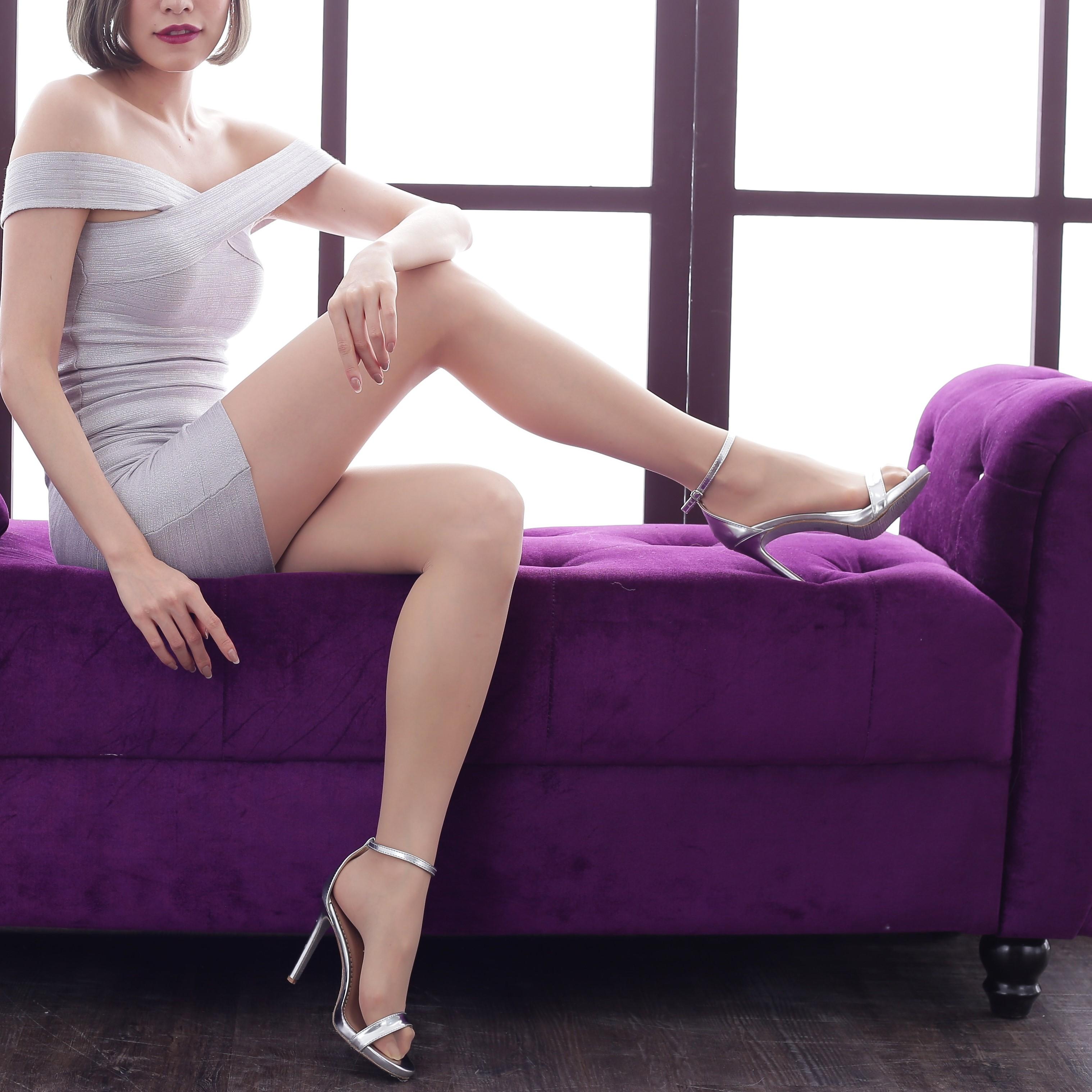 スレンダーな服を着た女性