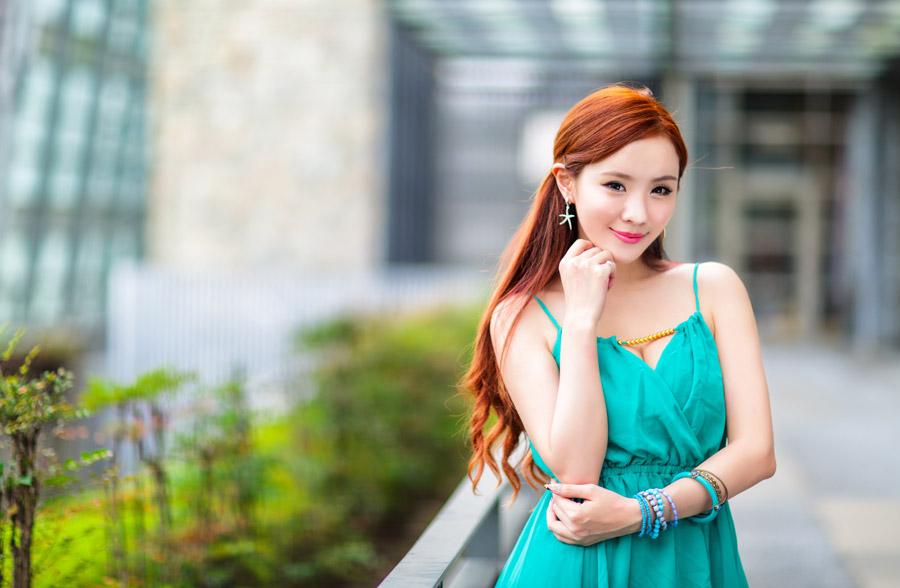 ドレスの美女