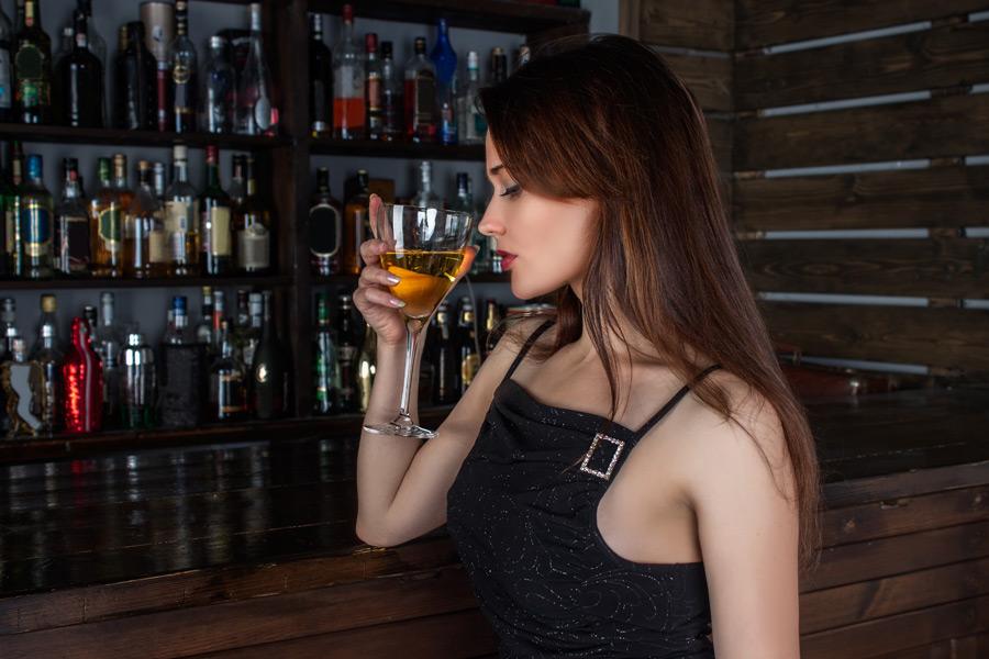 お酒を飲む美女