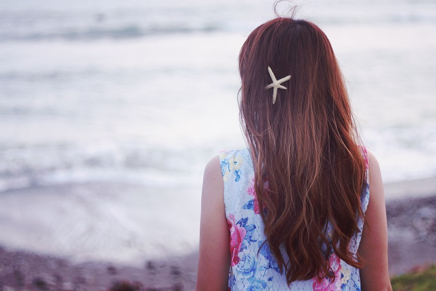 浜辺にたたずむ女の子