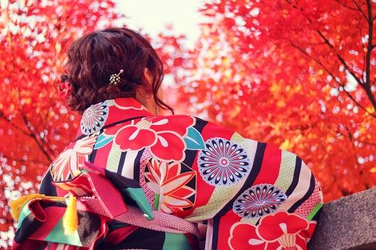 紅葉を眺める女の子