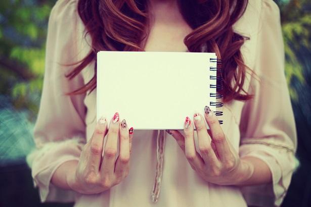 メモ帳を見る女の子