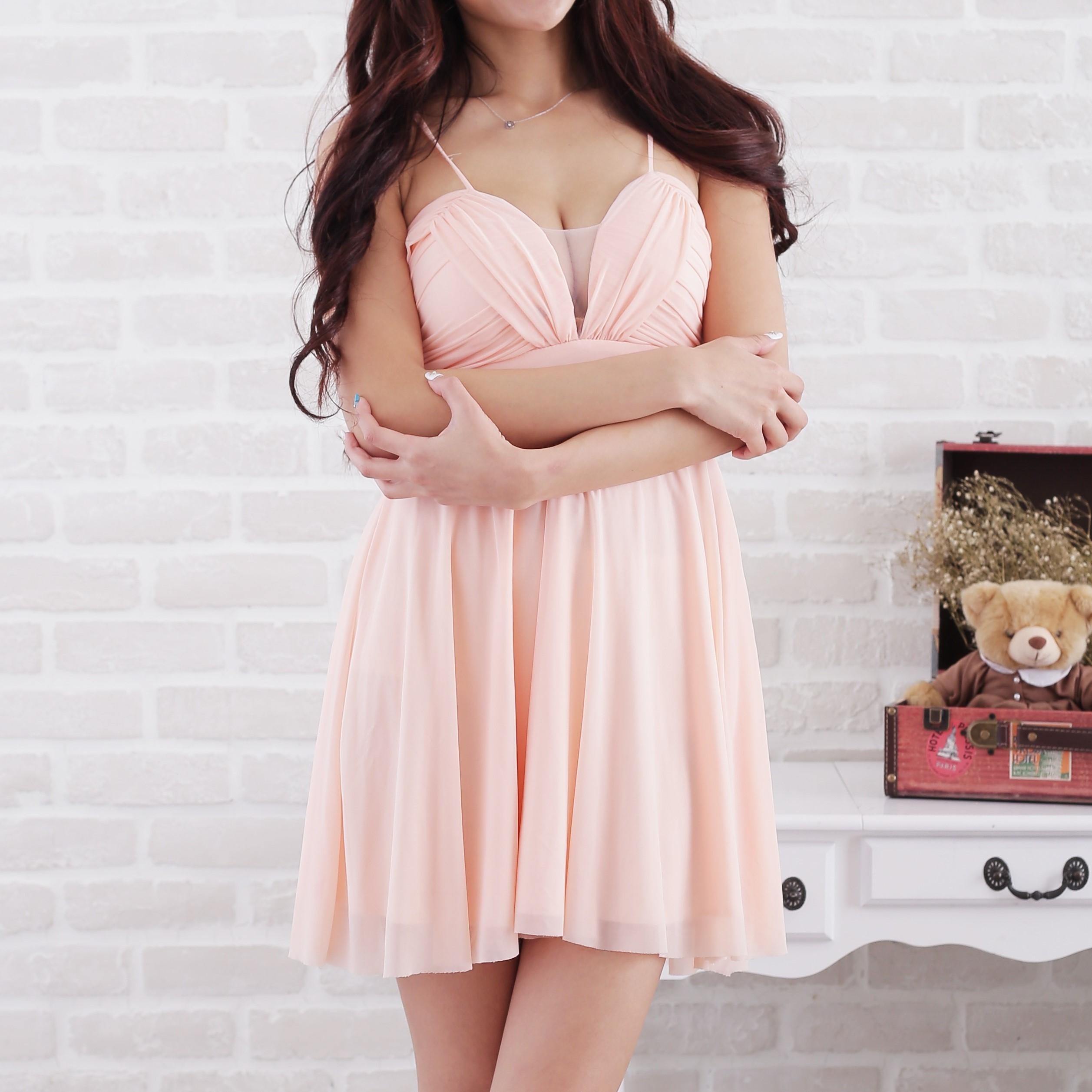 ピンクの服を着た女性
