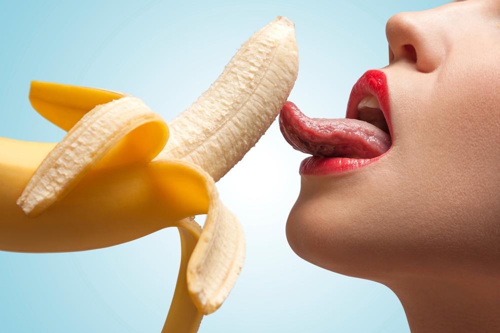 バナナを舐める女性