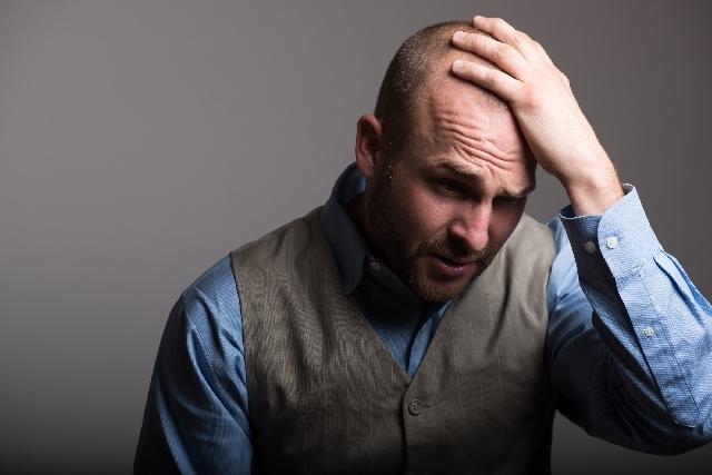 理想の亀頭責めが達成できず思い悩む男性のイメージ1