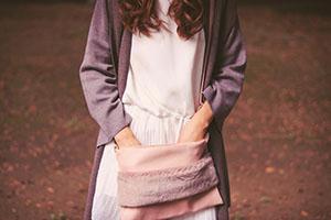 鞄に手を突っ込む女の子