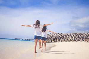 浜辺で遊ぶ女の子2人組