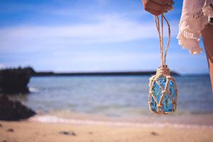 海を眺める少女と小瓶