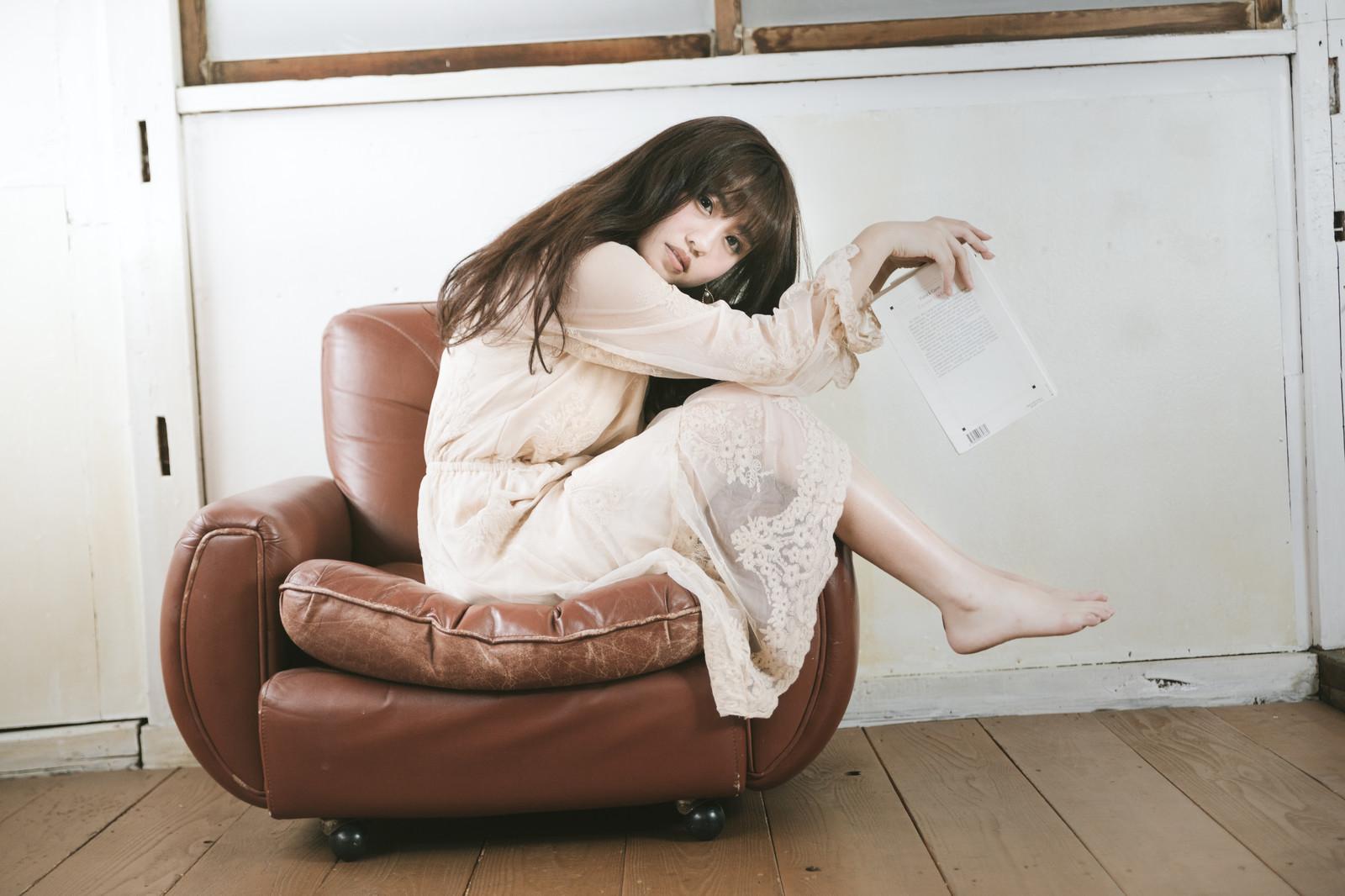 ソファに座る女の子