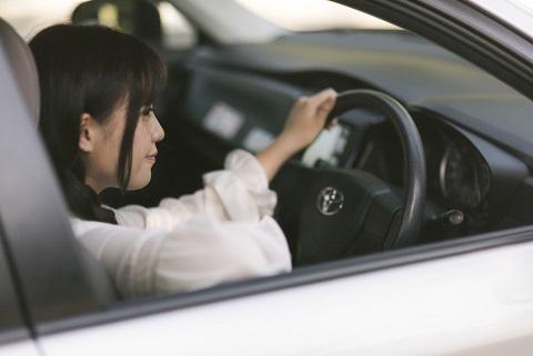 運転する女の子