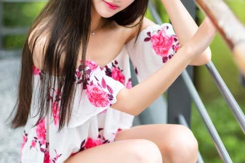 花柄の服の女性