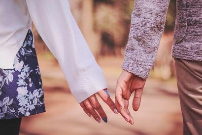 彼氏と手を繋ごうとする女の子
