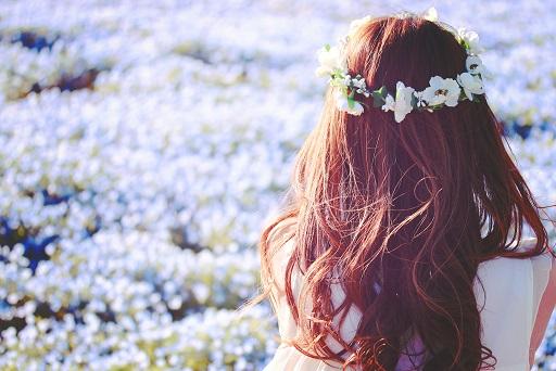 花畑を眺める女の子