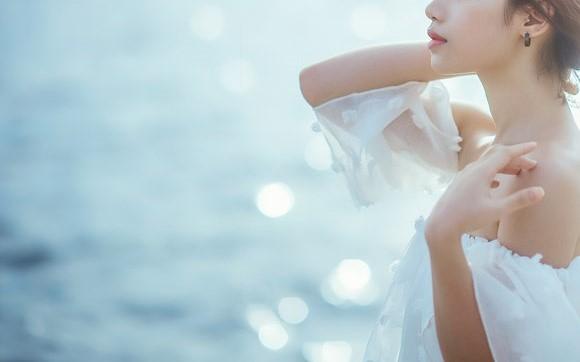 海辺を歩く女の子