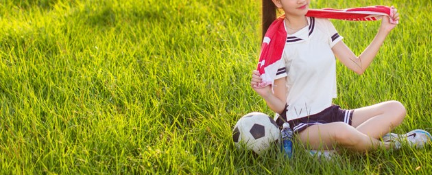 芝生の上で座る女の子