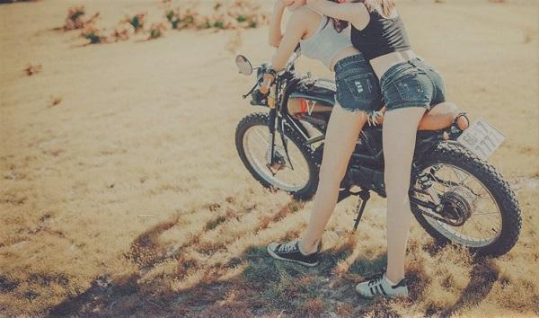 バイクに2人乗りする女の子