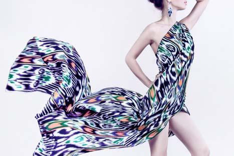 カラフルなドレス姿の女性