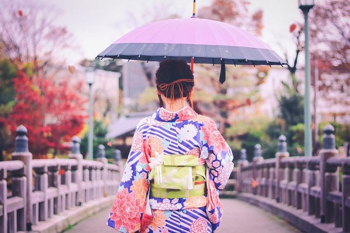 和傘を差す女の子