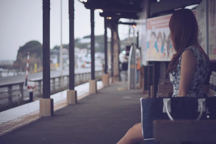駅で待つ女の子