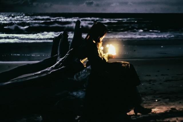 薄暗い浜辺